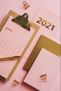 Clipboard and note paper with January 2021 calendar